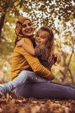 Mãe muçulmana nova no abraço com filha Fotografia de Stock