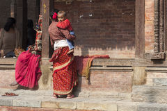 Mãe nepalesa com criança Foto de Stock