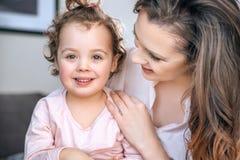 Mãe nova atrativa que abraça sua criança amado Foto de Stock Royalty Free