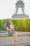 Mãe nova bonita com ela adorável em Paris, França imagens de stock royalty free
