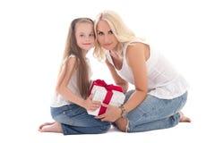 Mãe nova bonita e filha pequena que sentam-se com caixa de presente foto de stock royalty free