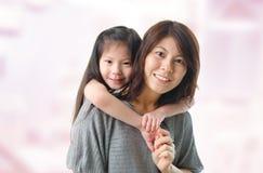 Mãe e seus cinco anos da filha idosa Fotografia de Stock