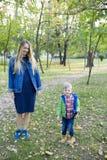 A mãe nova bonita está tendo o divertimento com seu filho pequeno no Imagens de Stock