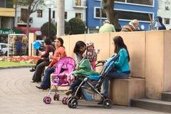 Mãe nova com a criança em Lima, Peru fotos de stock