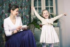Mãe nova com a filha no vintage interior home luxuoso foto de stock royalty free