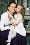 Mãe nova com a filha no vintage interior home luxuoso fotografia de stock royalty free