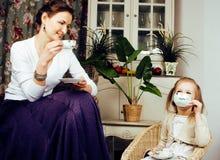 Mãe nova com a filha no vintage interior home luxuoso Fotos de Stock