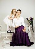 Mãe nova com a filha no vintage interior home luxuoso Imagem de Stock Royalty Free