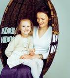 Mãe nova com a filha no vintage interior home luxuoso, velho imagem de stock royalty free
