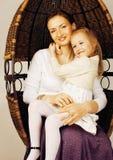 Mãe nova com interior brilhante branco da filha em casa Imagens de Stock