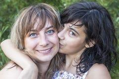 Mãe nova com seu aperto da filha de um amor Foto de Stock