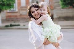 Mãe nova do retrato com sua filha na natureza fotos de stock