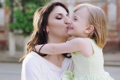 Mãe nova do retrato com sua filha na natureza foto de stock