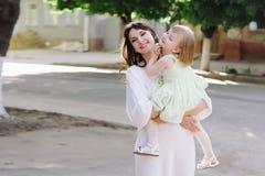 Mãe nova do retrato com sua filha na natureza fotos de stock royalty free