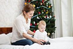 Mãe nova e filho que jogam com controlador de RC Imagem de Stock Royalty Free