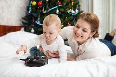 Mãe nova e filho que jogam com controlador de RC Fotos de Stock Royalty Free
