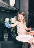 Mãe nova e sua filha adorável da criança imagem de stock royalty free