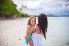 Mãe nova e sua filha pequena que apreciam Imagens de Stock Royalty Free