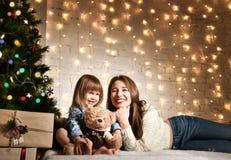 Mãe nova e suas filhas perto da árvore de Natal fotos de stock royalty free