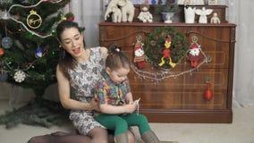 A mãe nova está jogando com a filha video estoque