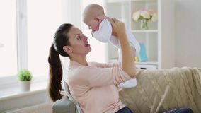 Mãe nova feliz com bebê pequeno em casa filme