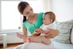Mãe nova feliz com bebê pequeno em casa Fotografia de Stock