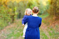 Mãe nova feliz que tem a filha bonito da criança do divertimento, retrato da família junto Mulher com o bebê bonito na natureza fotografia de stock