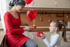 Mãe nova, paciente que sofre de câncer, e sua filha bonito, comemorando o aniversário com balões e presentes Fotos de Stock Royalty Free