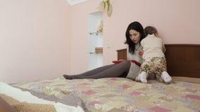 A mãe nova perguntar a filha don o ` t perturba-a quando ela funcionamento do ` s video estoque