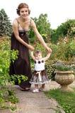 Mãe nova que anda com filha imagens de stock royalty free