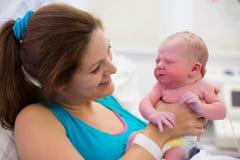 Mãe nova que dá o nascimento a um bebê foto de stock royalty free