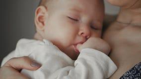 Mãe nova que guarda sua criança de sono recém-nascida Família em casa video estoque