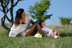 Mãe nova que importa-se com sua criança fotos de stock royalty free