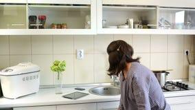 Mãe ocupada na cozinha video estoque
