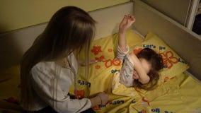A mãe põe para dormir sua filha pequena vídeos de arquivo