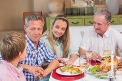 Mãe, pai e avô escutando o rapaz pequeno Foto de Stock Royalty Free
