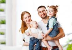 Mãe, pai e crianças felizes da família em casa foto de stock