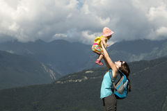 A mãe pegara a filha em seus braços Conceito de uma família feliz Dia de verão quente Imagem horizontal Fotografia de Stock Royalty Free
