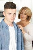 A mãe preocupou-se sobre o filho adolescente infeliz fotografia de stock royalty free