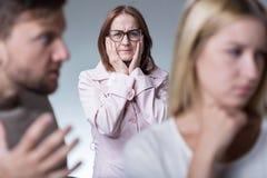 Mãe protetora que preocupa-se sobre a filha Imagens de Stock