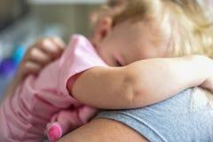 Mãe que abraça a criança na luz solar fotos de stock