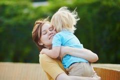 Mãe que abraça seu menino pequeno da criança Imagens de Stock