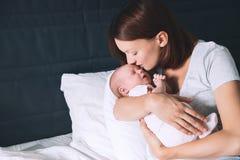 Mãe que amamenta o bebê recém-nascido em casa Fotografia de Stock Royalty Free