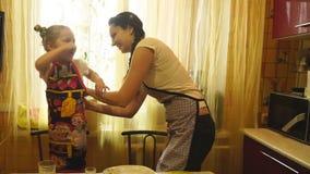 A mãe que amarra um avental corrige a filha filme