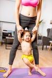 Mãe que aprende seu filho do bebê andar foto de stock