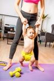 Mãe que aprende seu filho do bebê andar fotos de stock royalty free