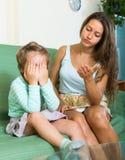 Mãe que censura a criança de grito Fotos de Stock Royalty Free