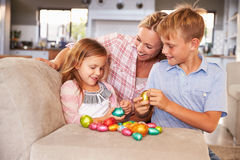 Mãe que comemora a Páscoa em casa com crianças Imagem de Stock Royalty Free