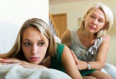 Mãe que consola a filha de grito Imagens de Stock