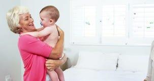 Mãe que dá o bebê a sua avó vídeos de arquivo